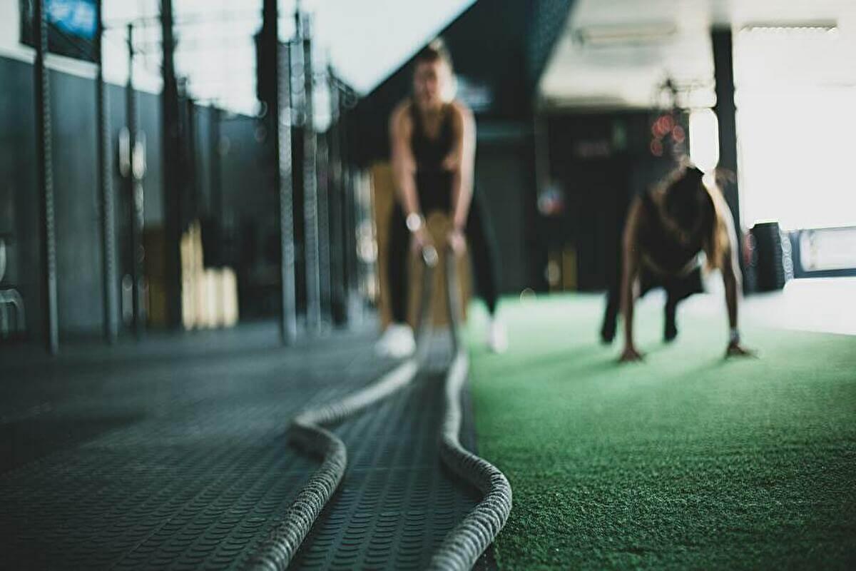 パーソナルトレーナーを辞めたい人におすすめの転職先|営業・トレーニング関係