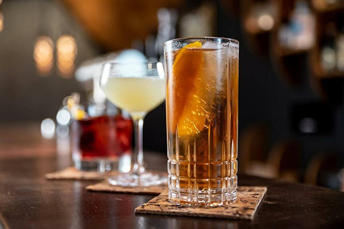 バーテンダーを辞めたい人におすすめの転職先|営業・お酒関係の企業